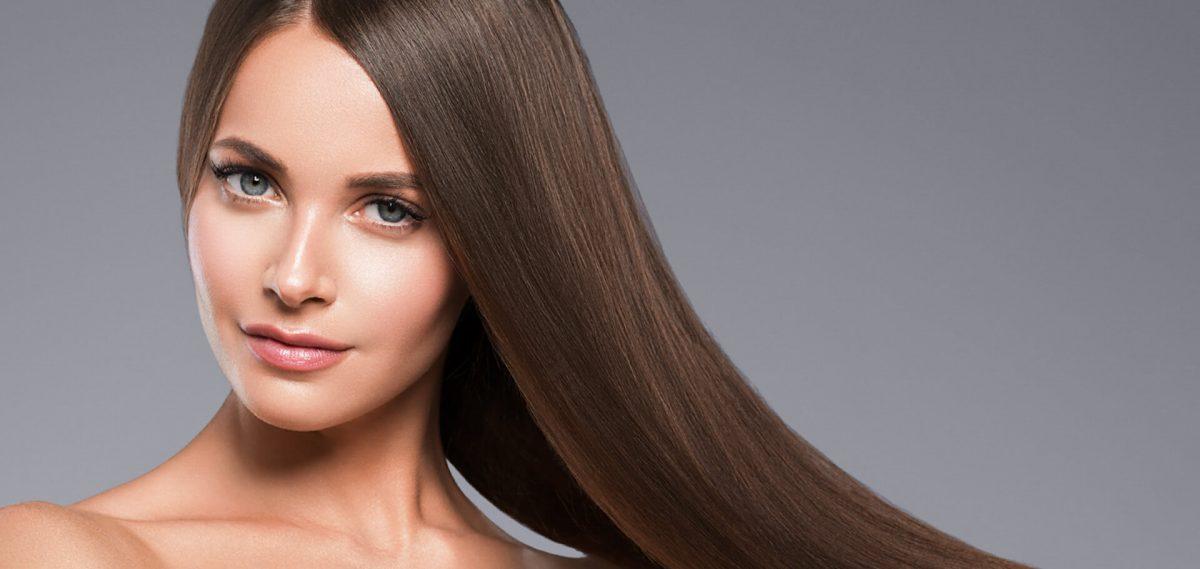 Mujer con pelo planchado castaño largo.