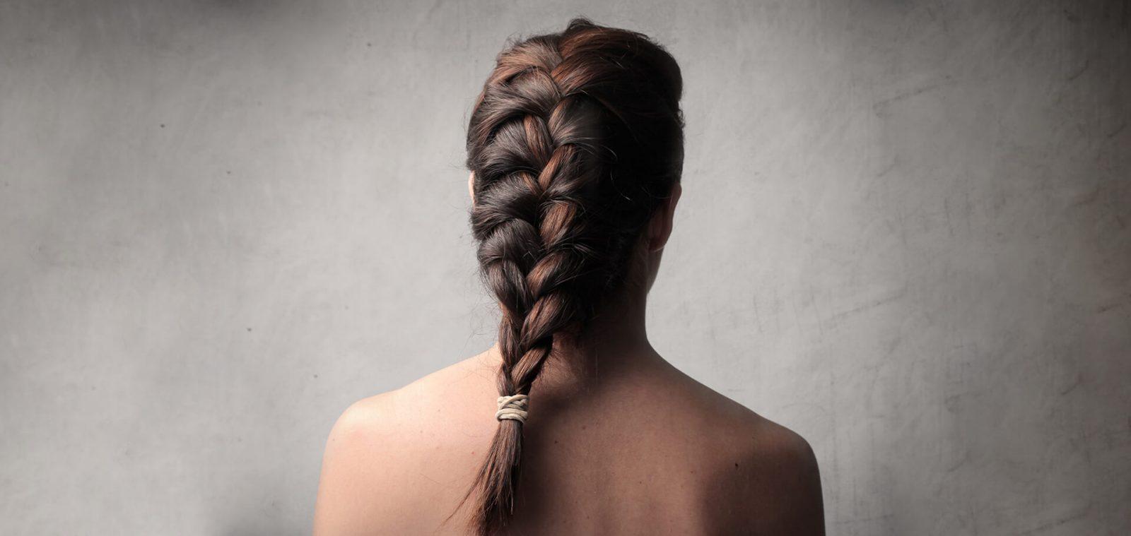 mujer castaña de espaldas con trenza francesa
