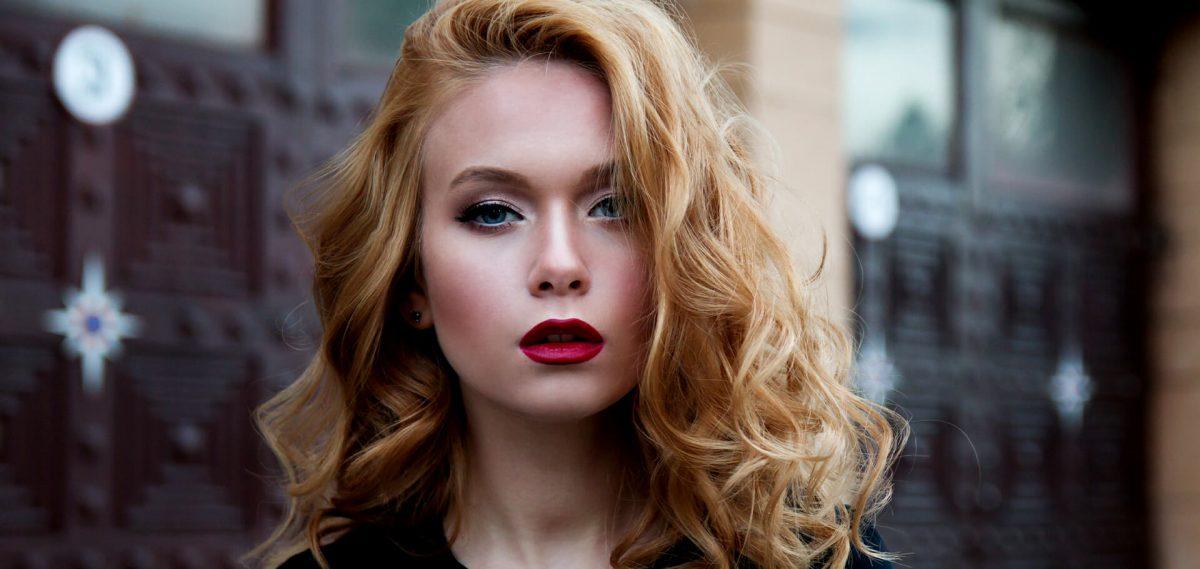 mujer rubia con cabello sano y brillante