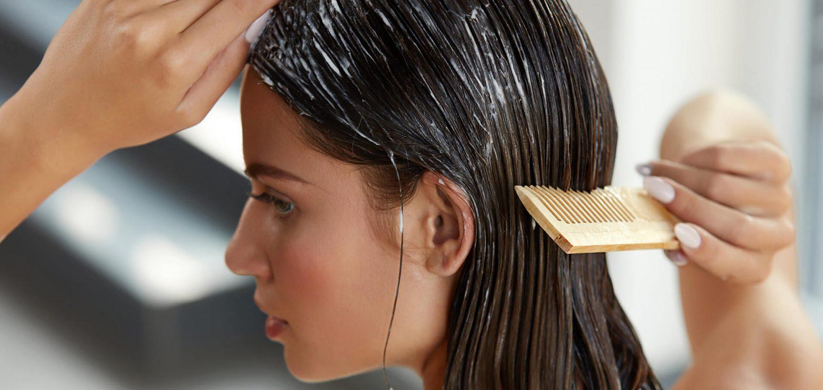 mujer lavando su cabello en la ducha