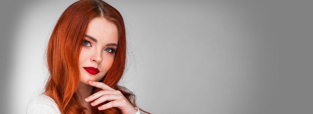 mujer joven de cabello rojizo ondulado