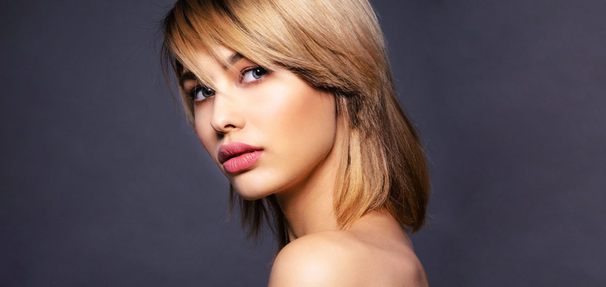 Mujer rubia con flequillo lateral
